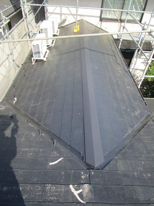 画像:ヒノキの棟板を取替後ガルバニウムの棟包み取替